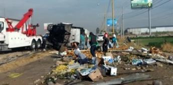 Se roban fruta de tráiler que volcó en la autopista México-Querétaro