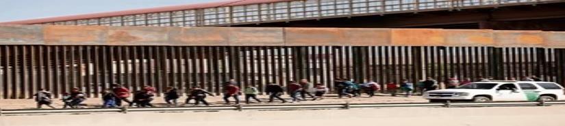 Migrantes bajo custodia duermen en el suelo