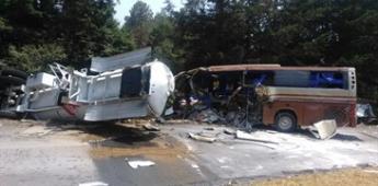 Pipa impacta autobús de staff de El Buki; hay un muerto