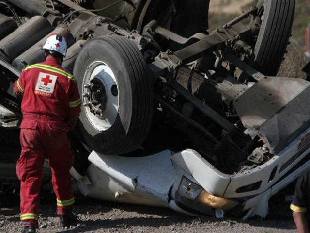Vuelca tráiler en curva; muere conductor y se lleva dos carros