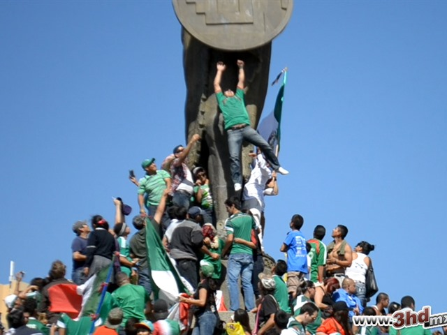Cae Aficinado Mexicano del Monumento a Cuauhtémoc