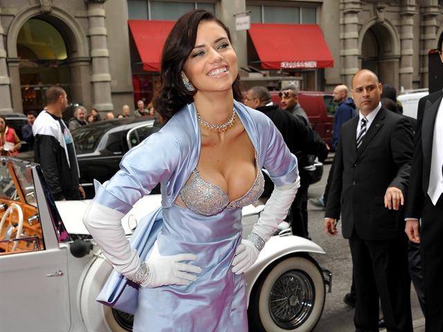 Adriana Lima con costoso sostén