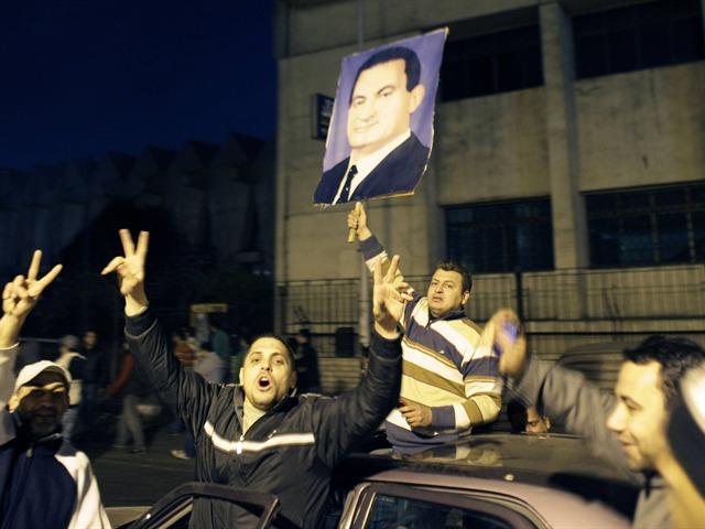 Mubarak abdica en Egipto y cede el poder al Ejército