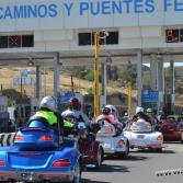 Caravana de motociclistas extranjeros recorriendo la Baja.