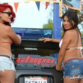 edecanes lavando autos