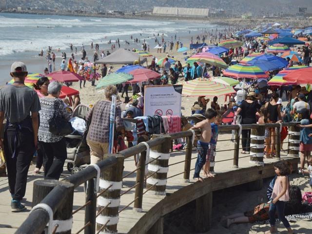 Miles de familias disfrutaron del clima soleado en este sábado de vacaciones en las playas de Ensenada