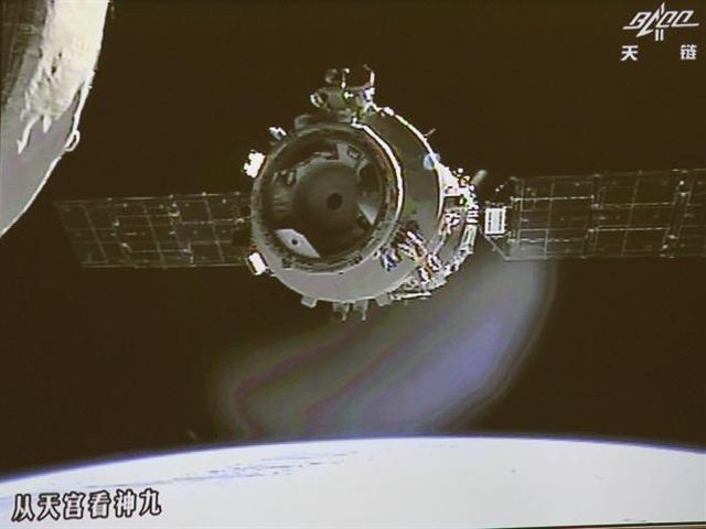 Aterrizan astronautas después de trabajar en estación espacial