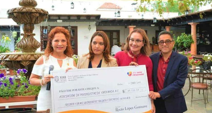 Otorgó donativo a la APE la diputada López Gorosave