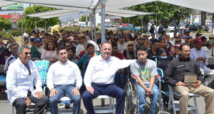 Entregó el alcalde Novelo apoyos a personas discapacitadas