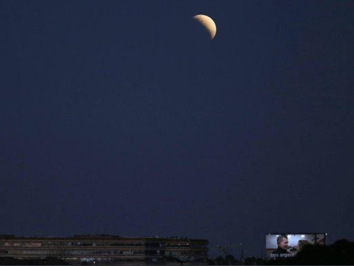 El eclipse parcial de Luna alrededor del mundo