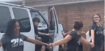 Vecinos forman cadena humana para evitar que hispanos sean llevados por la ICE