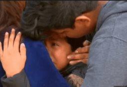 Niña cuelga de un edificio destruido en Siria