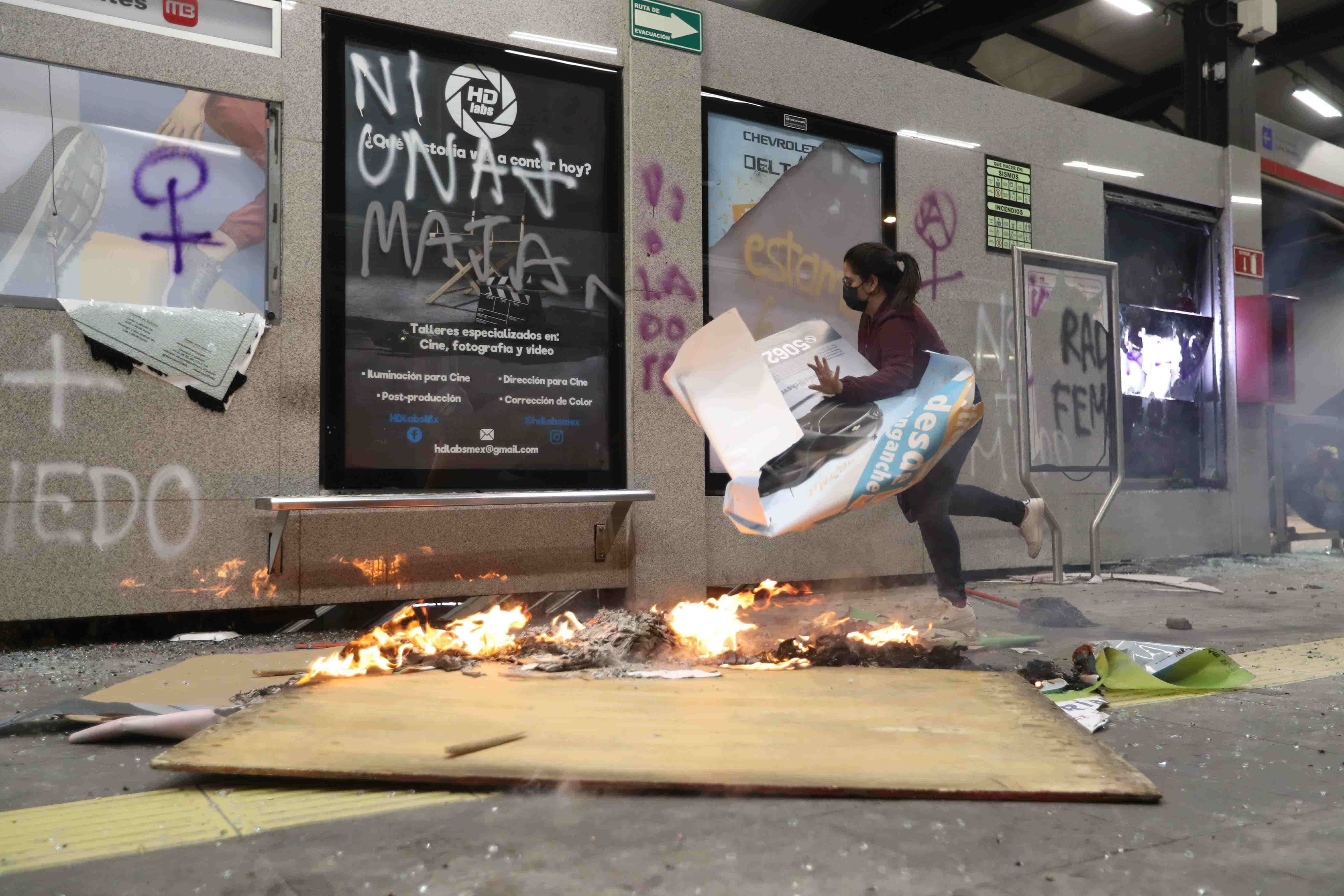 Culmina marcha con vandalización del Ángel de la Independencia