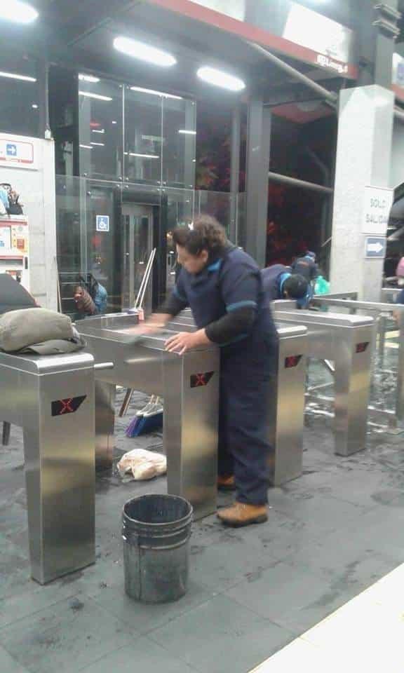 Mujeres adultas son las encargadas de limpiar los destrozos del la manifestación del día de ayer