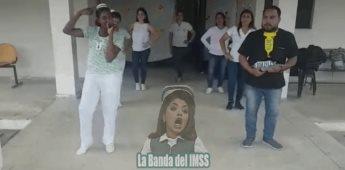Trabajadores del IMSS imitan bailando a cantante