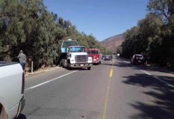Taxi choca contra camión de la basura