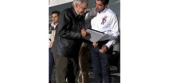 Entrega Armando Ayala pliego petitorio a AMLO