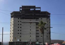 Tráiler sufre volcadura y queda suspendido en Nuevo León