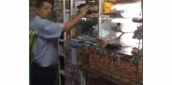 Captan a empleado de Bimbo presuntamente robando dinero en tiendita