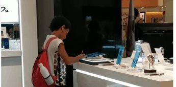 Niño hace su tarea dentro de un centro comercial