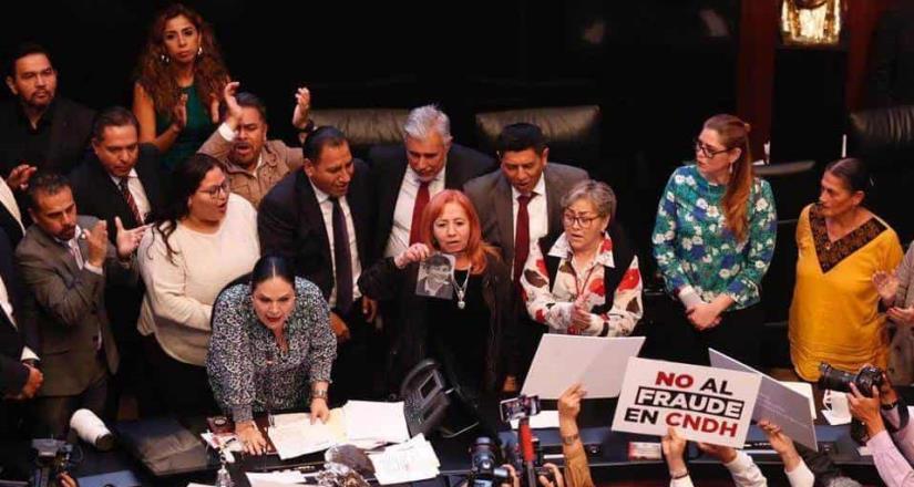 Piedra rinde protesta como titular de la CNDH en medio de golpes