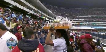Vendedora de sopas sorprende a prensa estadounidense en el Azteca