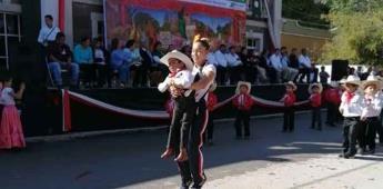 Maestra ayuda a bailar a niño con discapacidad en desfile