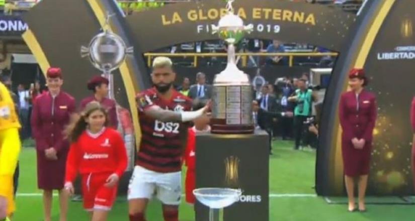 Gabigol rompió la maldición de tocar el trofeo