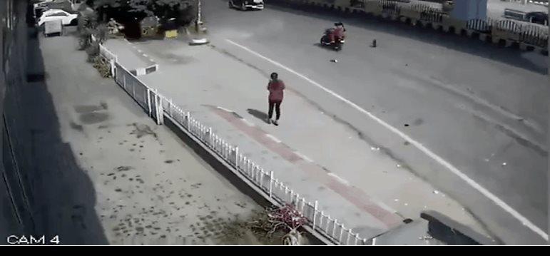 Auto cae de autopista sobre peatones en la India