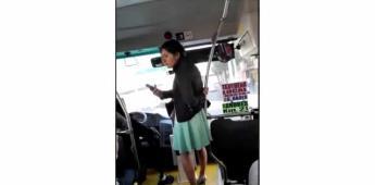Mujer arma trifulca al exigir bajar por puerta indebida de autobús