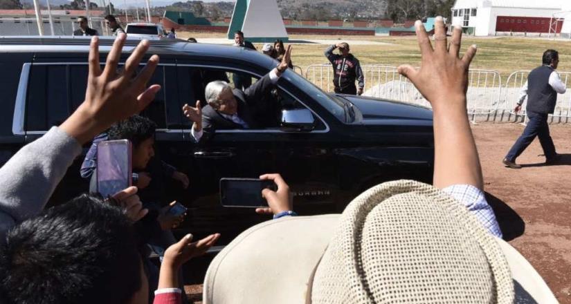 Genera polémica llegada de AMLO a bordo de camioneta en Puebla