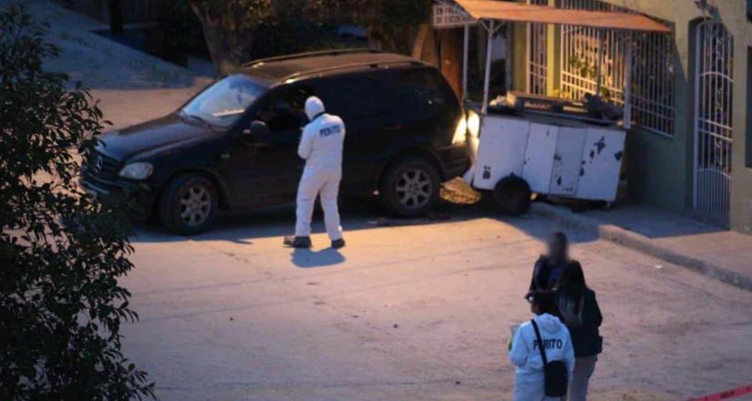 Asesinan a pareja dentro de un vehículo, dos menores de edad presenciaron el hecho.