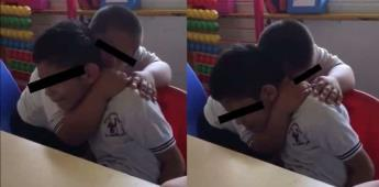 Niño con Síndrome de Down a consuela su amigo con autismo