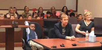 Niño invita  a sus compañeros de kinder a la audiencia de su adopción