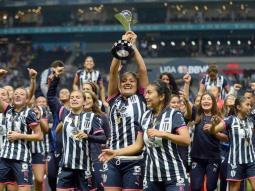 Rayadas reciben iPad como premio por su campeonato en vez de un bono