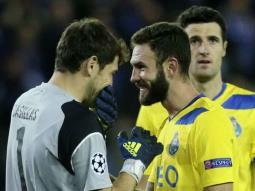 Miguel Layún recibe misterioso mensaje y Casillas lo trollea