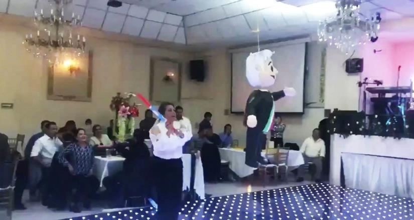 Rompen piñata de AMLO en festejo navideño
