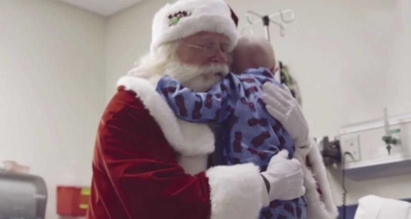 Niño fallece en los brazos de Santa Claus, era su sueño conocerlo