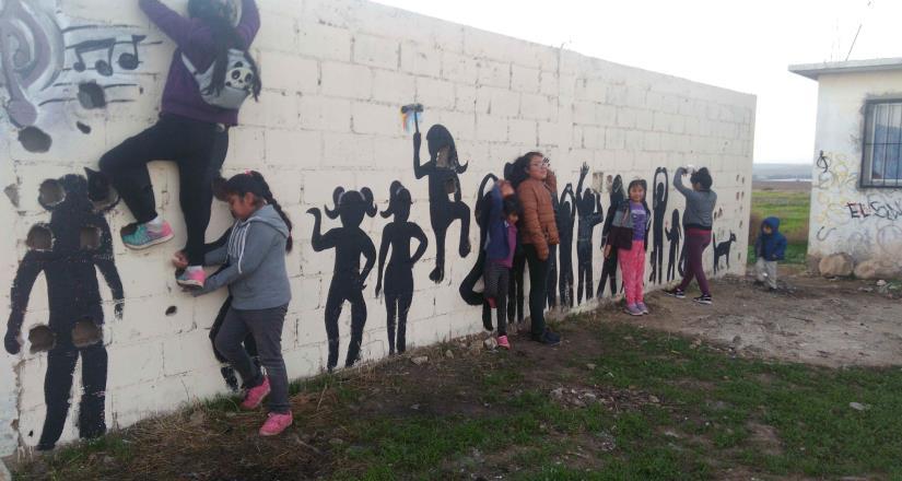 Niños y jóvenes pintan mural en Lomas de San Ramón