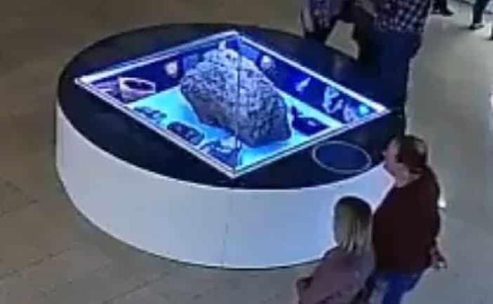 Captan el levantamiento de una vitrina que cubre un meteorito en museo de Rusia