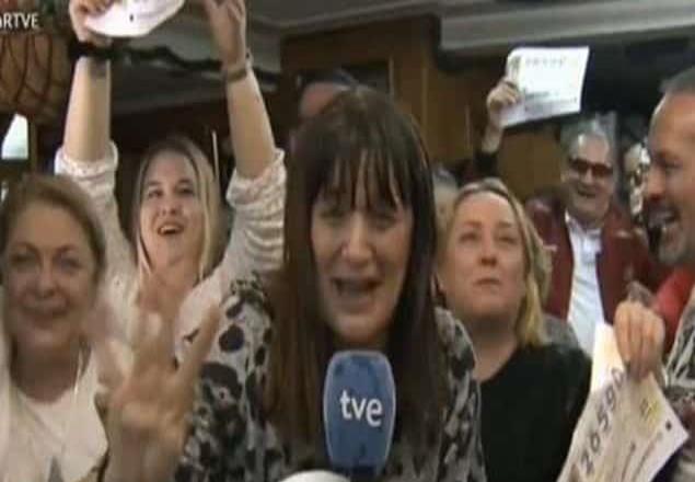 ¡Que mañana no voy a trabajar!: Reportera española transmite en vivo su premio
