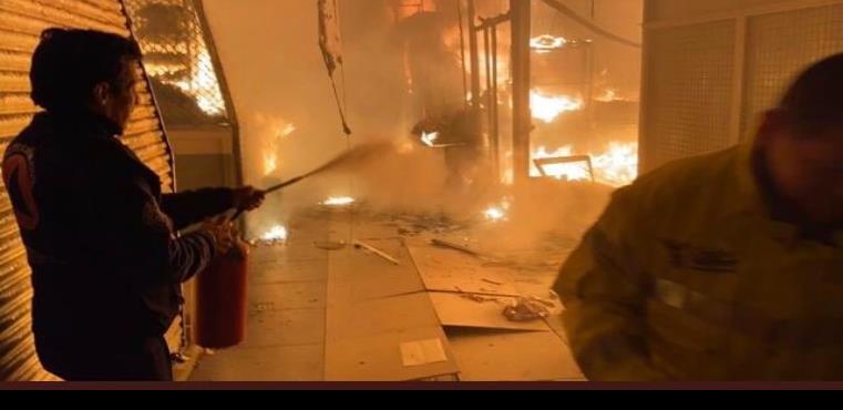 Evacuan a 150 personas por incendio en mercado de San Cosme