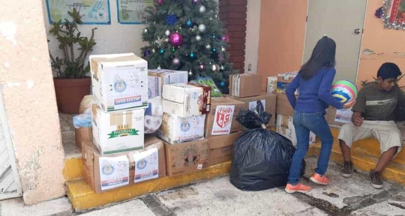 Barra de Chivas realizan entrega de regalos navideños