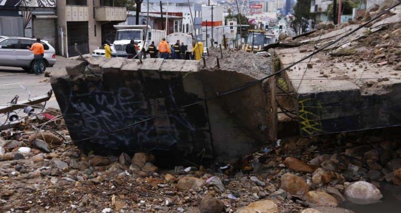 Recorre Presidente Municipal zona afectada por las lluvias en calle Segunda