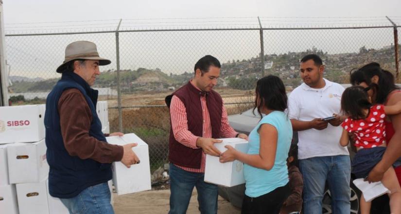 Familias de la colonia Nueva Esperanza reciben despensas navideñas