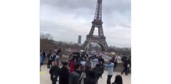 Mexicanos se ponen a bailar al ritmo de La chona frente a la Torre Eiffel