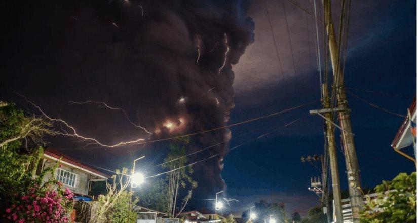 El volcán Taal comienza a escupir lava forzando una evacuación masiva en Filipinas