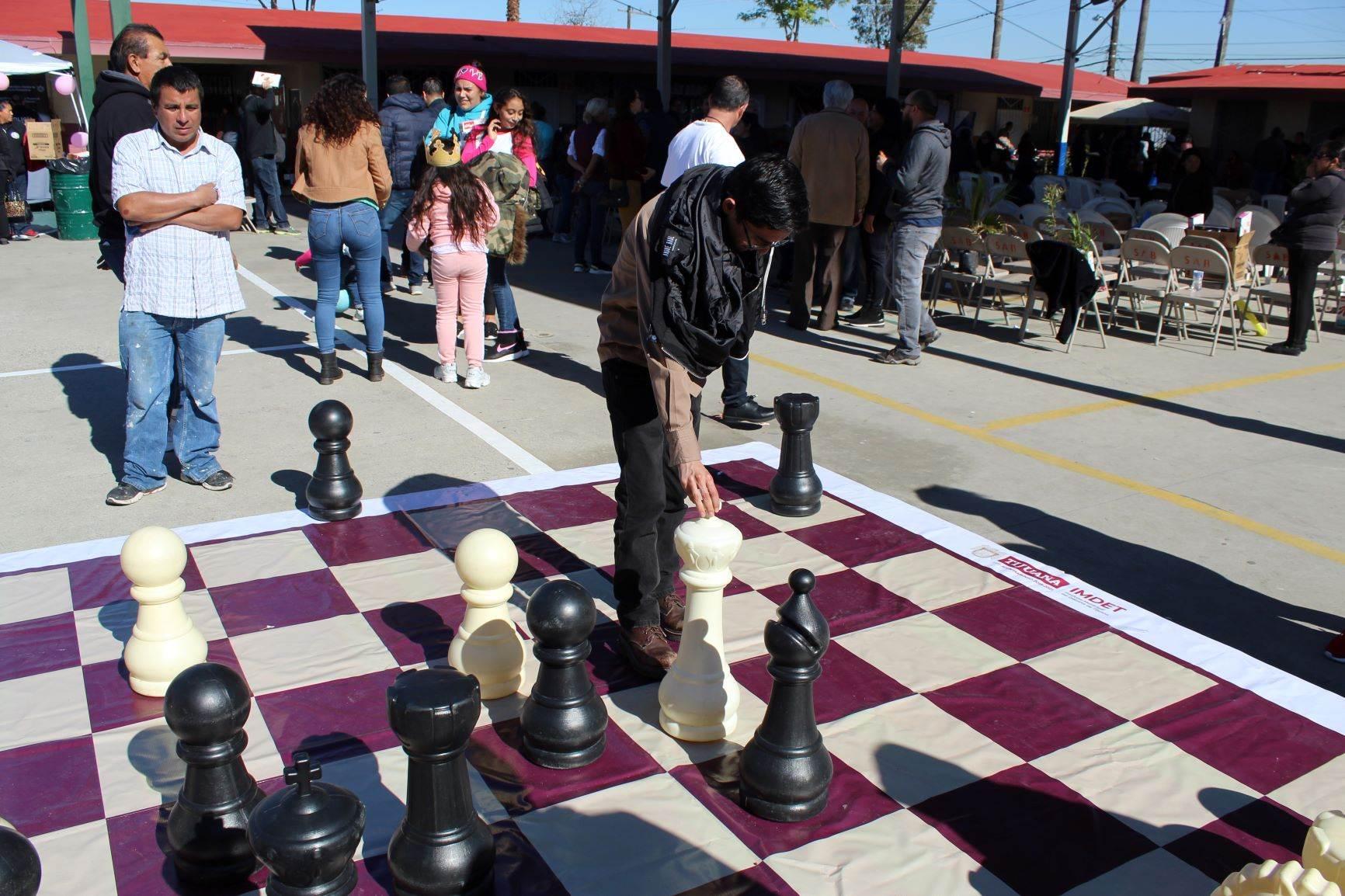 Presenta Imdet tablero gigante de ajedrez en Sábados de Bienestar