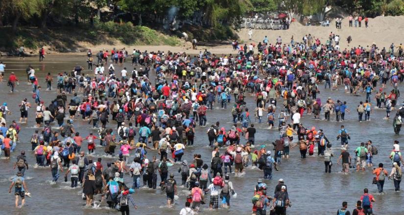 Migrantes intentan ingresar a México por el río Suchiate; GN trata de impedir el paso