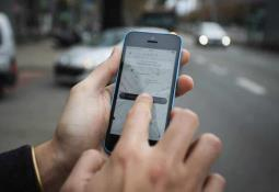 Taxista devuelve cartera a pasajera con 12 mil pesos